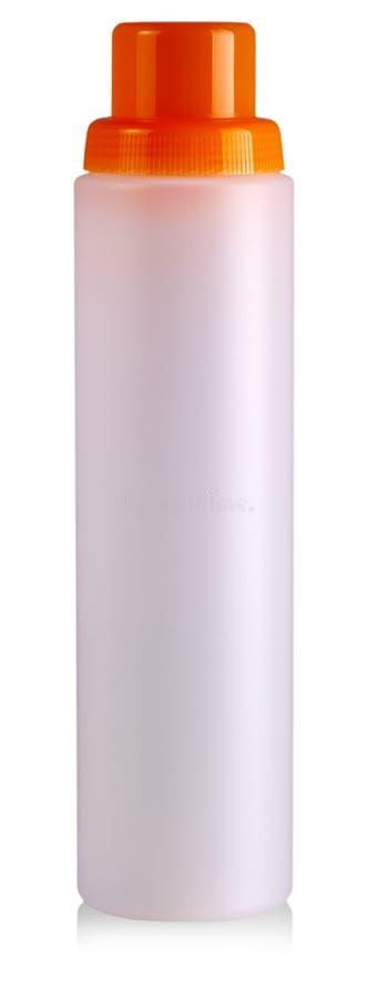 De witte plastic fles met een rode dekking op witte achtergrond royalty-vrije stock afbeeldingen