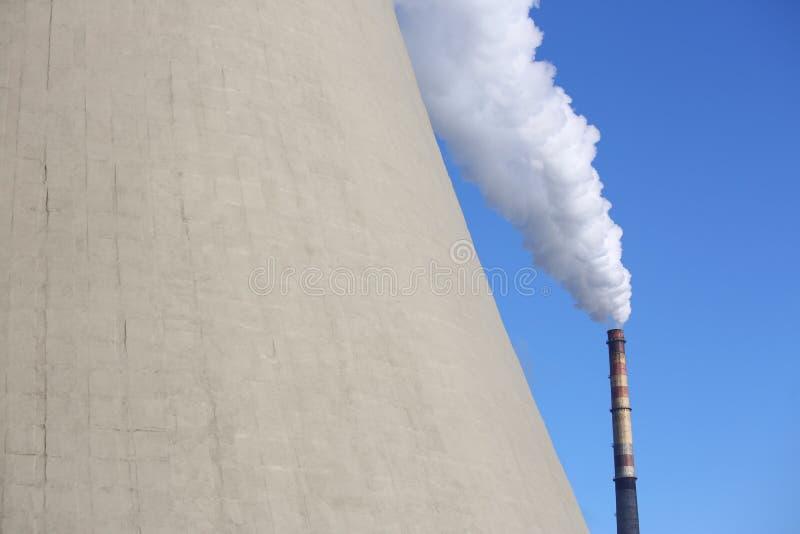 De witte rook komt uit de schoorsteen royalty-vrije stock afbeeldingen