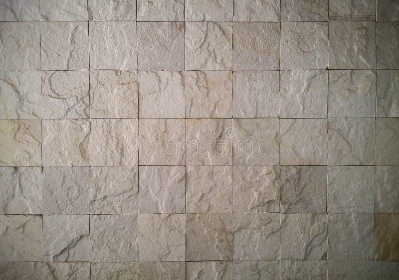 De witte rots betegelt muurtextuur stock foto