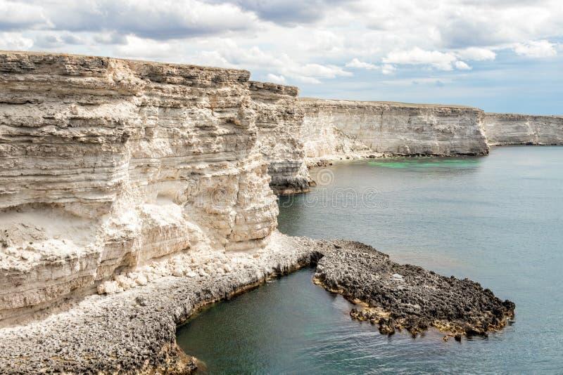 De witte rotsen van de steenklip op westkust van de Krim Adembenemende mening royalty-vrije stock foto