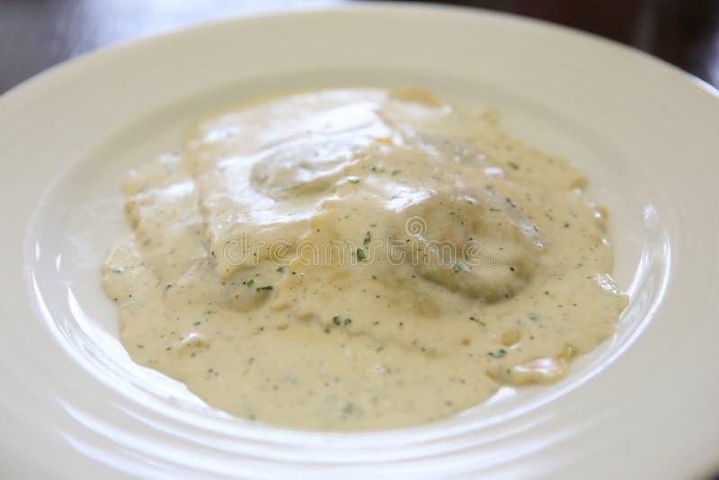 De witte saus van de ravioli royalty-vrije stock afbeelding