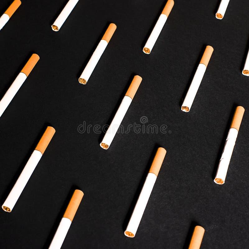 De witte sigaretten met oranje filter voerden op een rij in orde royalty-vrije stock fotografie