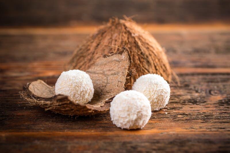 De witte sneeuwbal van de chocoladeheemst stock afbeeldingen