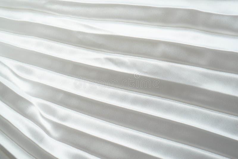De witte stof van het luxesatijn vouwt achtergrond De gegolfte witte het satijndoek van de zijdestof verzamelt glamourachtergrond stock afbeeldingen