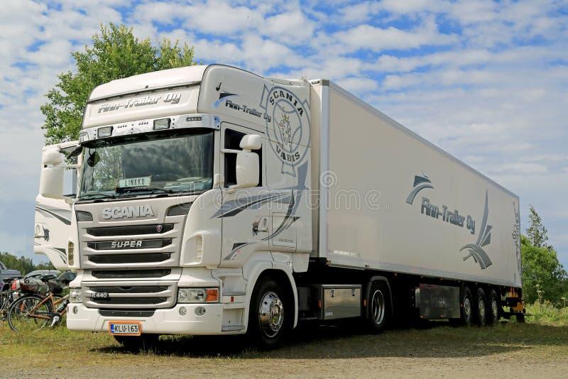 De witte Super R440 Semi Vrachtwagen van Scania royalty-vrije stock foto