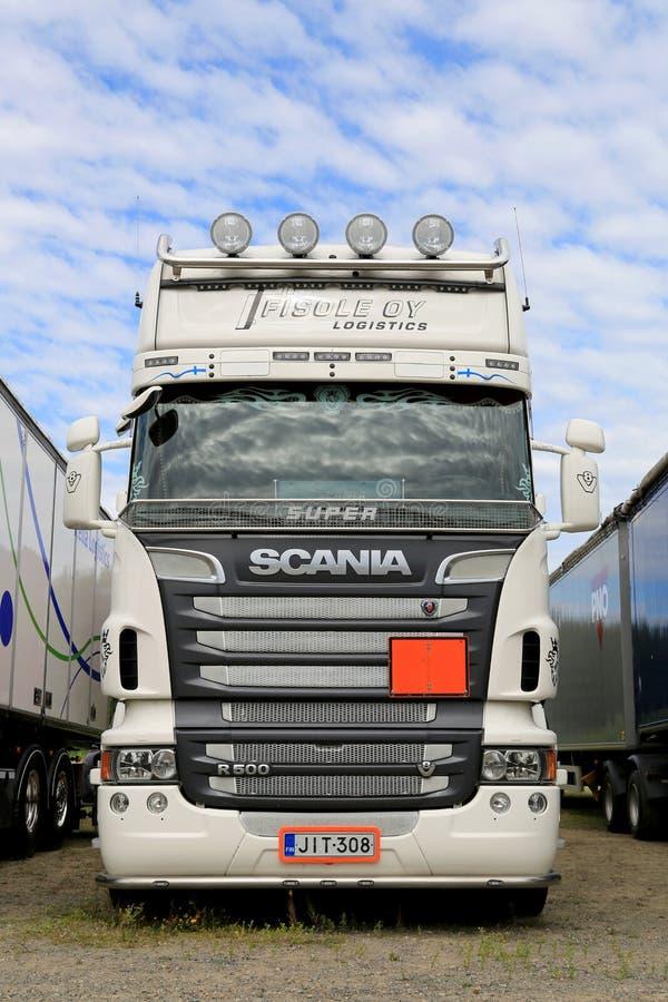 De witte Super Zware Vrachtwagen van Scania V8 in een Show royalty-vrije stock afbeeldingen