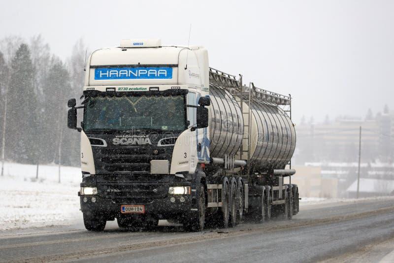 De witte Tankwagen van Scania R730 in Sneeuwval stock foto's