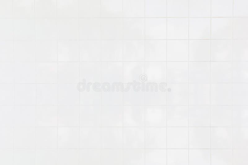 De witte tegelmuur/de Witte achtergrond van de tegelsmuur met de ochtendzon bij vensters wijst op het gebruiken van klassieke ach stock afbeeldingen