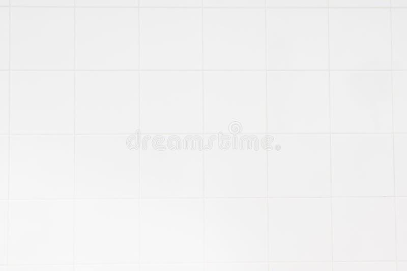 De witte tegelmuur/de Witte achtergrond van de tegelsmuur met de ochtendzon bij vensters wijst op het gebruiken van klassieke ach royalty-vrije stock afbeeldingen
