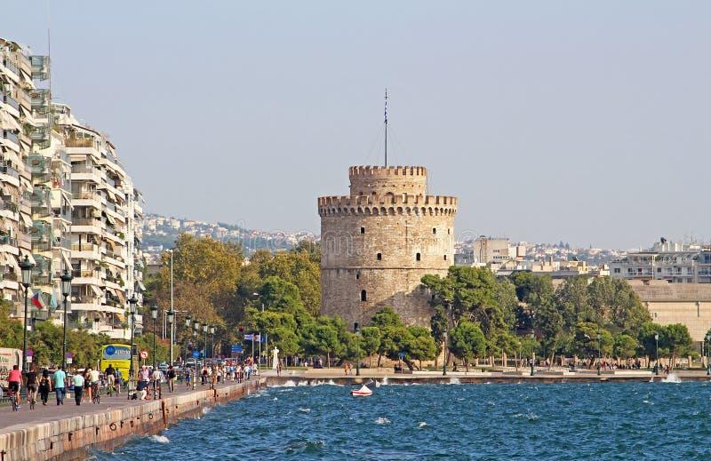 De witte Toren en de niet geïdentificeerde mensen lopen op de dijk in Thessaloniki, Griekenland royalty-vrije stock fotografie