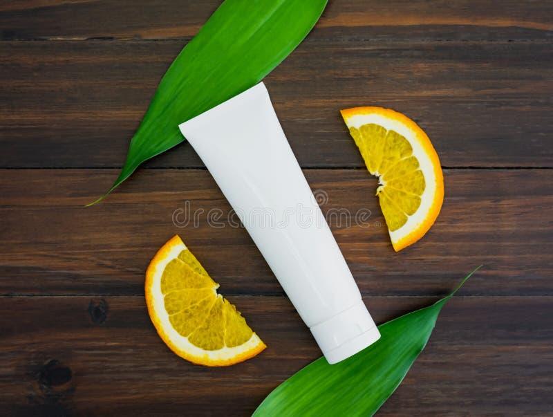 De witte de vitamine Cfles en olie maakten van oranje fruituittreksel, model van het merk van het schoonheidsproduct royalty-vrije stock foto's