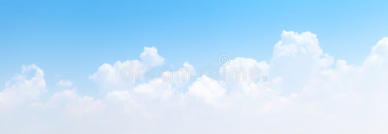 De witte vorming van cumuluswolken in blauwe hemel stock foto