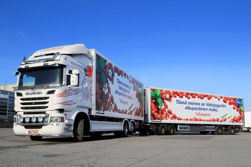 De witte Vrachtwagen van Scania V8 en Volledige Aanhangwagen royalty-vrije stock foto's
