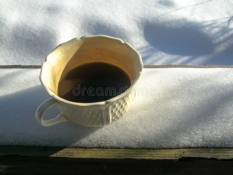 De witte warme voorgestelde kop van hete verfrissende koffie bevindt zich op een houten lijst royalty-vrije stock afbeelding