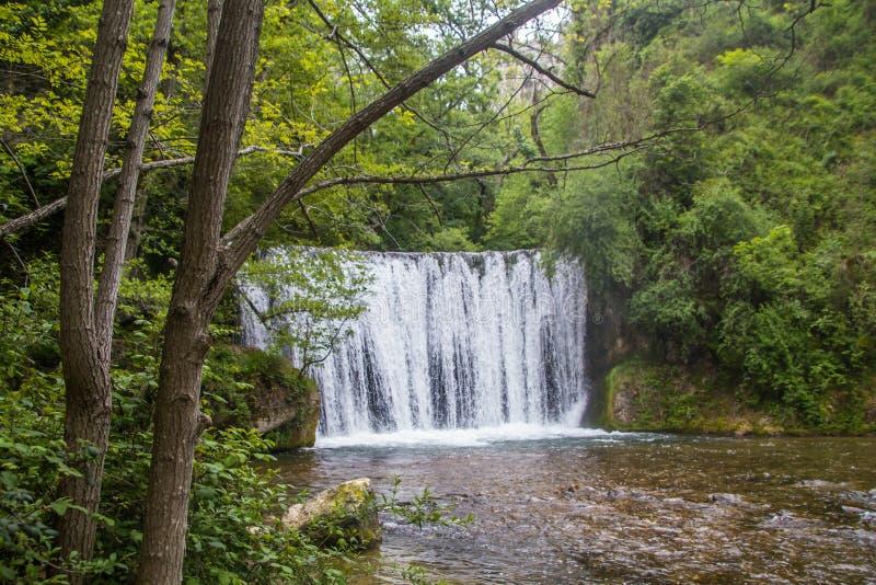 De Witte Waterval het Frans: 'La-Cascade Blanche 'dichtbij pont-Engels-Royans stock foto's