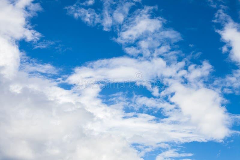 De witte Wolken van de Cumulus in Blauwe Hemel stock foto