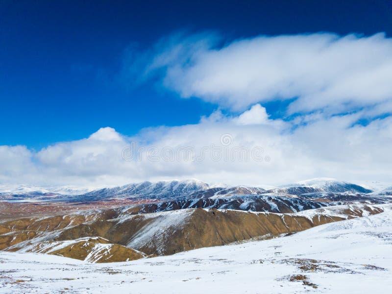 De witte wolken van de sneeuwberg en mooie zonneschijn royalty-vrije stock afbeelding