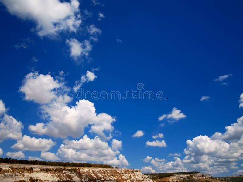 De witte zon van de wolken blauwe hemel stock fotografie