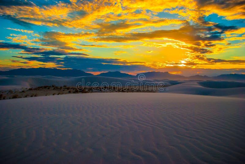 De witte Zonsondergang van het Parknew mexico van Zandduinen Nationale van Schittering royalty-vrije stock foto's
