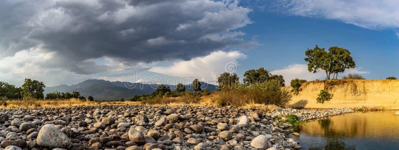De woede van de Gredosberg van een droge kreek in Candeleda royalty-vrije stock fotografie