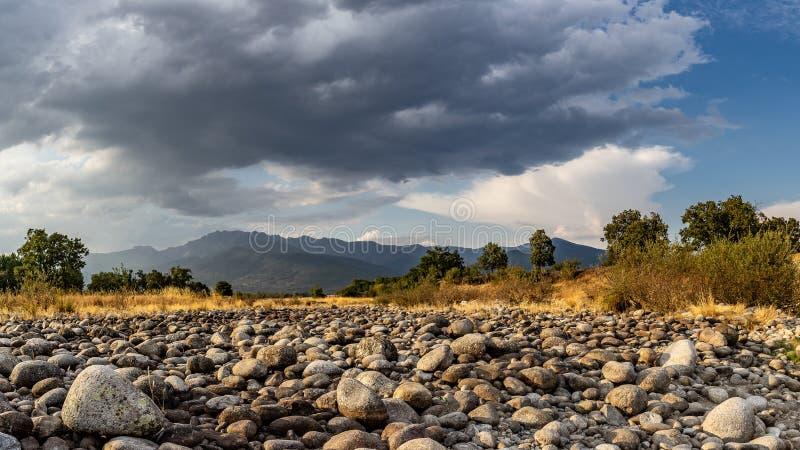 De woede van de Gredosberg van een droge kreek in Candeleda stock afbeeldingen