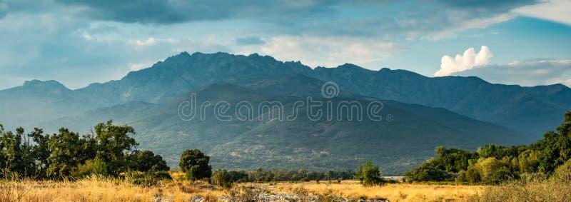 De woede van de Gredosberg van een droge kreek in Candeleda royalty-vrije stock foto's