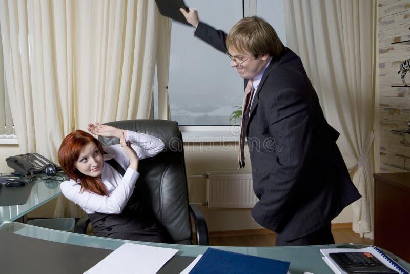 De woedende bediende slaat werkgever. royalty-vrije stock fotografie