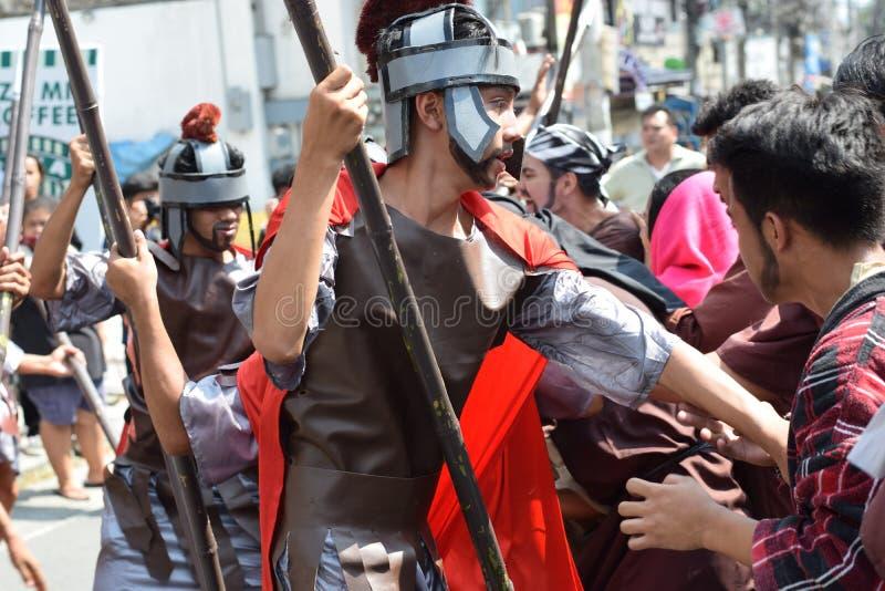 De woedende mens stelt aanvallend Jesus Christ, straatdrama in werking, viert de gemeenschap Goede Vrijdag die de gebeurtenissen  royalty-vrije stock foto's