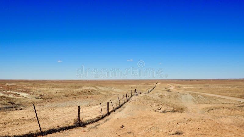 De woestijn rekt zich uit voor zover het oog kan zien stock fotografie