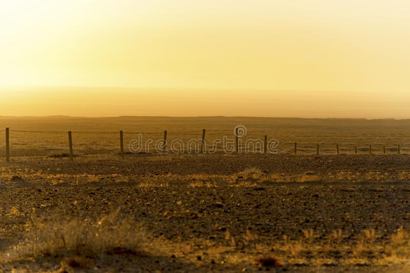 De woestijn van Gobi op de omheining, in de zonsopgang stock foto