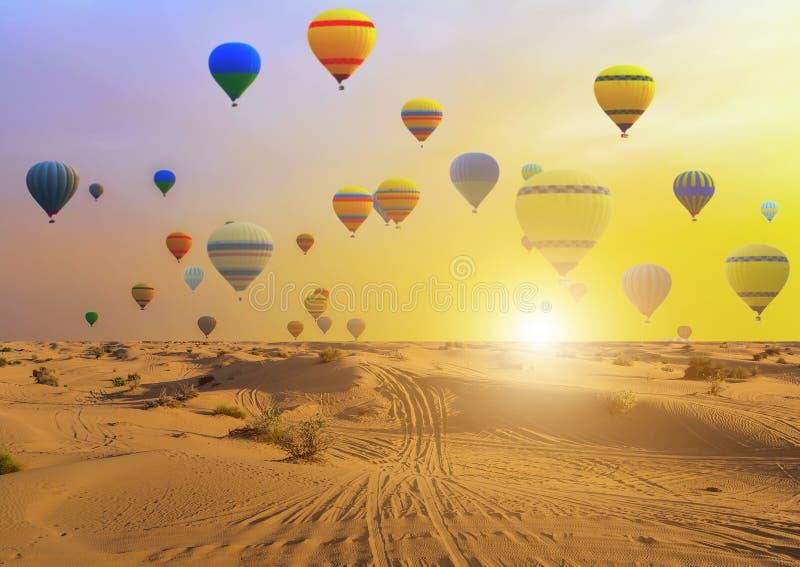 De woestijn van het de zonsondergangzand van hete luchtballons stock afbeeldingen