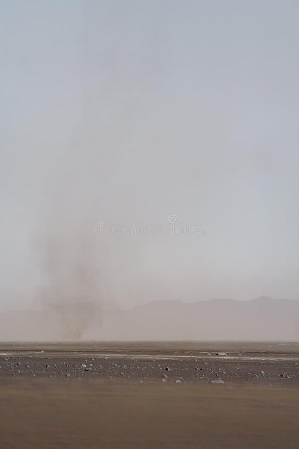 De woestijn van de hoog-berglava met een zandige wervelwind royalty-vrije stock afbeelding