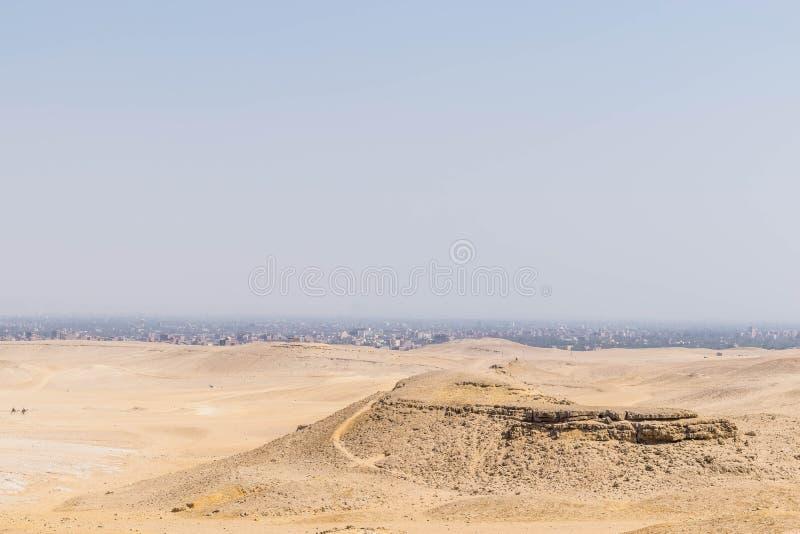 De woestijn van de Sahara over de stad van Kaïro stock foto