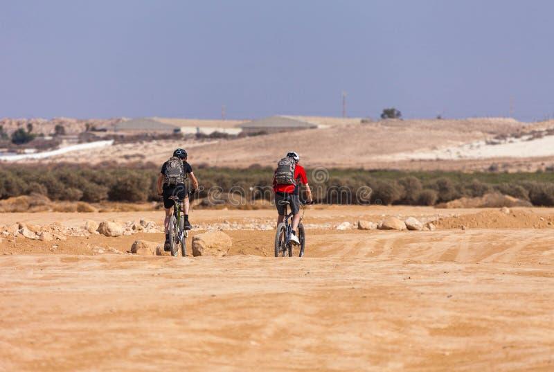 De woestijngebied van de raceauto'sfiets royalty-vrije stock afbeeldingen