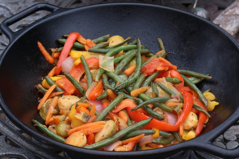 De wok beweegt gebraden gerecht stock foto's
