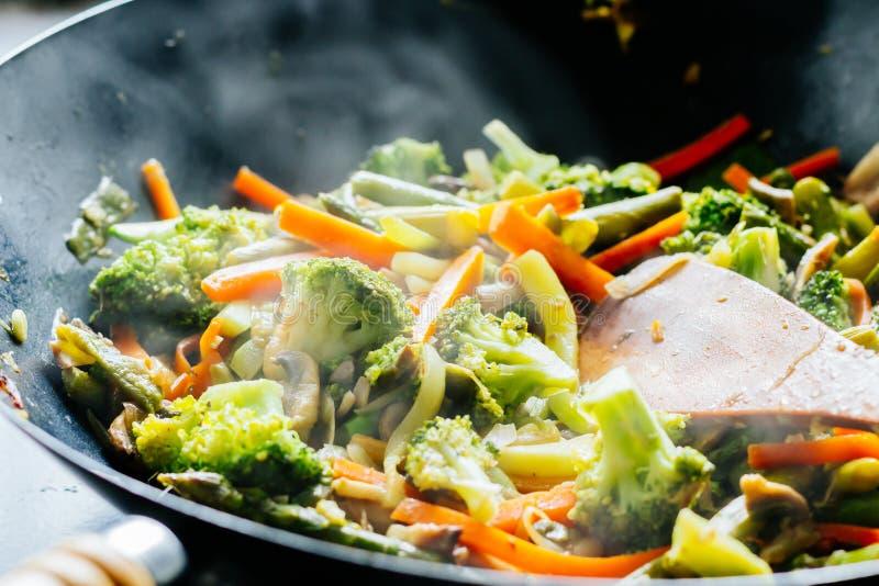 De wok beweegt gebraden gerecht met groenten royalty-vrije stock foto