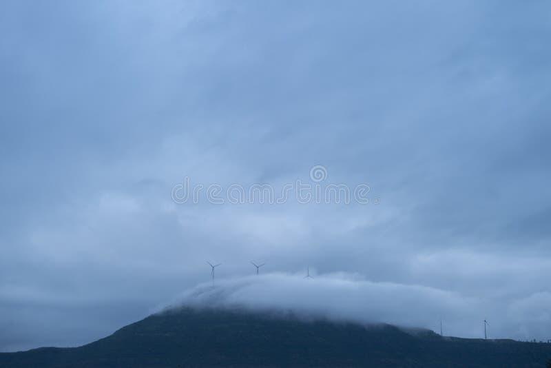 De wolk behandelde mountian bovenkanten en Windmolens bij Zonsopgang in Chalkewadi Platue in Satara, Maharashtra, India royalty-vrije stock foto's