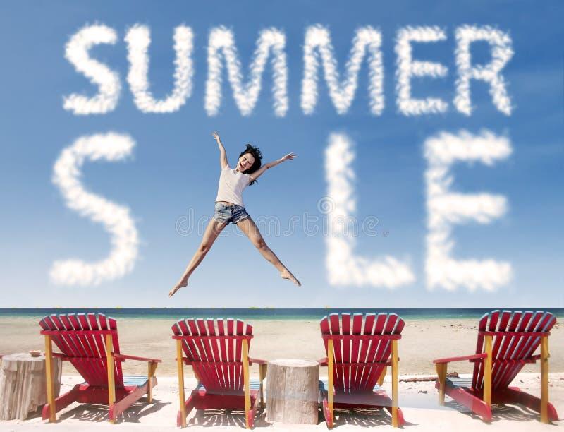 De wolk van de de zomerverkoop met meisje het springen over ligstoelen royalty-vrije stock foto