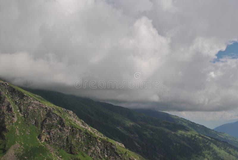 De wolken die van de Rohtangpas de bergen kussen stock afbeelding