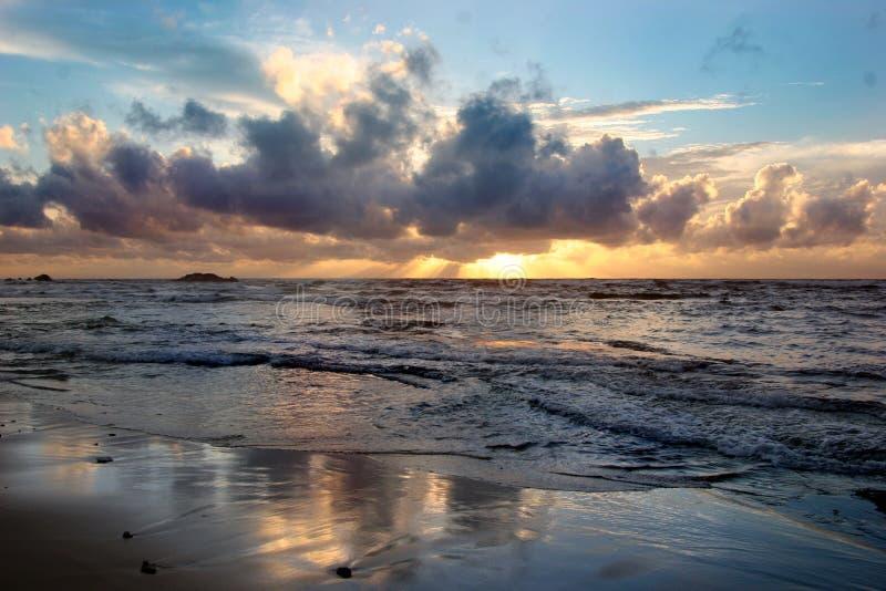 De wolken en de oceaan van de zonsondergang royalty-vrije stock afbeelding
