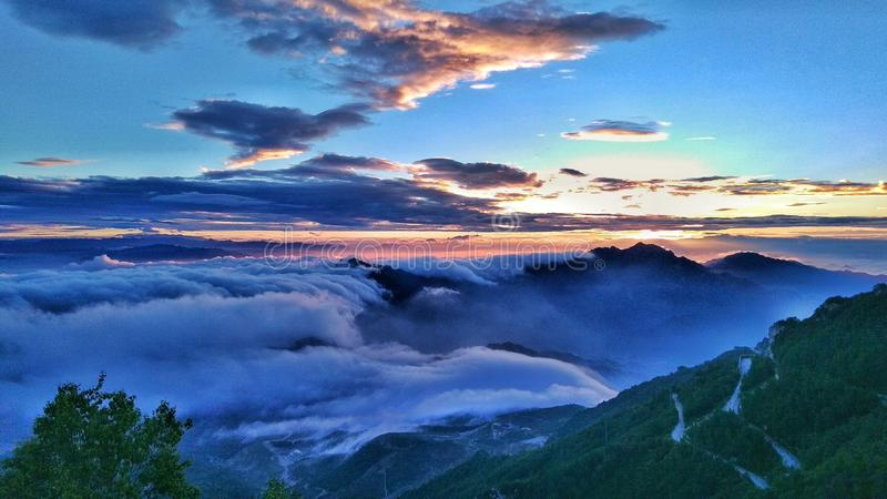 De wolken en de zonsopgang stock foto's