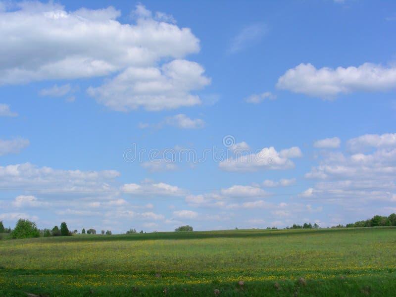 De wolken gaan over het gebied royalty-vrije stock afbeelding