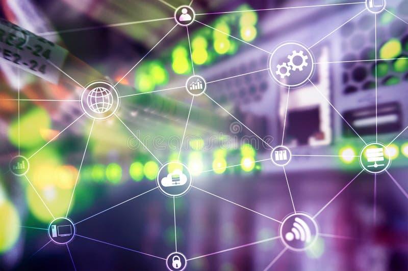De wolken gegevensverwerking en mededeling van de technologieinfrastructuur Het concept van Internet stock afbeelding