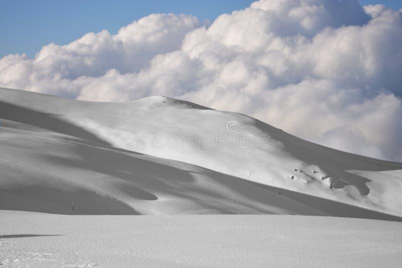 De wolken kondigen de aankomst van een nieuwe storing bij hoge hoogte aan stock foto's