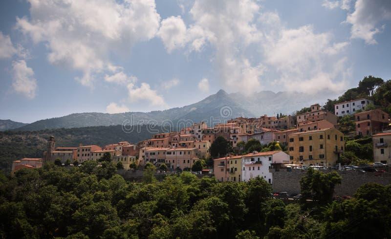 De Wolken op de berg royalty-vrije stock fotografie