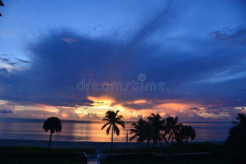 De wolken over de oceaan lijken blauw aangezien de zonsopgang begint royalty-vrije stock fotografie