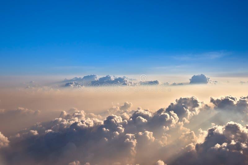 De wolken van de avond hierboven royalty-vrije stock fotografie