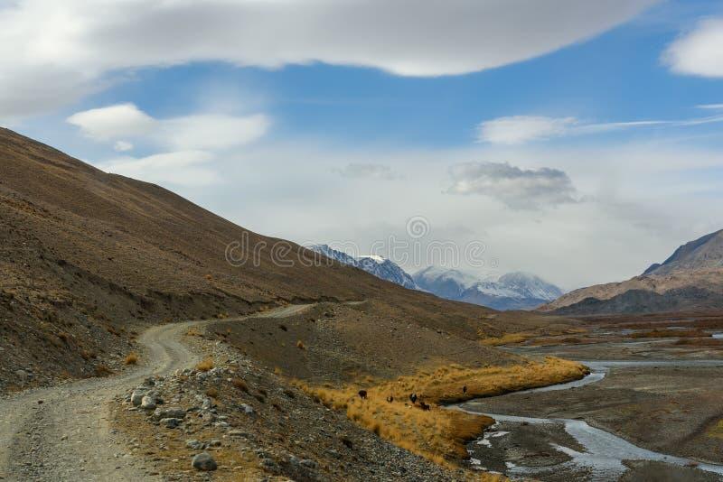 De wolken van de de weghemel van de bergenrivier royalty-vrije stock foto's