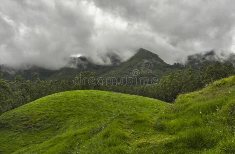 De wolken van de moesson over bergen stock afbeeldingen