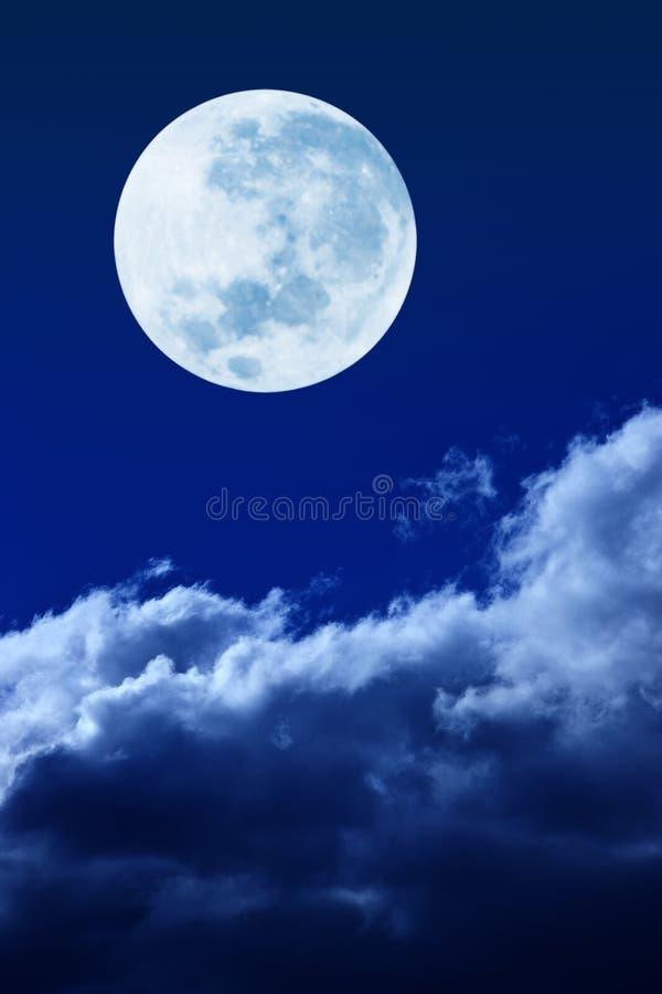 De Wolken van de volle maanhemel stock foto's
